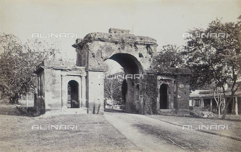 AVQ-A-004120-0059 - Le rovine della porta della British Residency di Lucknow - Data dello scatto: 1880-1890 ca. - Archivi Alinari, Firenze