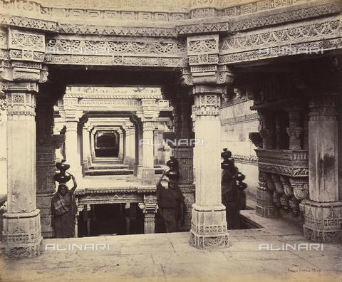AVQ-A-004121-0032 - Donne con brocche d'acqua sulla testa. Ahmedabad, India - Data dello scatto: 1863-1870 ca. - Raccolte Museali Fratelli Alinari (RMFA), Firenze