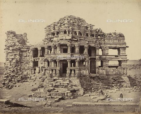 AVQ-A-004121-0035 - Le rovine di un grande tempio a Gwalior, in India - Data dello scatto: 1863-1870 ca. - Raccolte Museali Fratelli Alinari (RMFA), Firenze