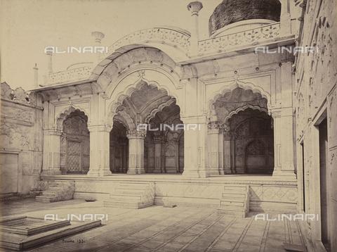 AVQ-A-004121-0040 - L'interno della Moti Masjid, o Moschea della Perla, a Delhi, in India - Data dello scatto: 1863-1870 - Raccolte Museali Fratelli Alinari (RMFA), Firenze