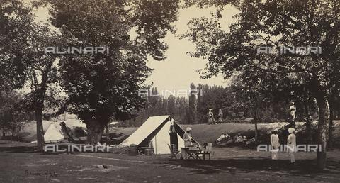 AVQ-A-004121-0061 - Uomini accampati nella valle di Chambra, in India - Data dello scatto: 1863-1870 ca. - Raccolte Museali Fratelli Alinari (RMFA), Firenze