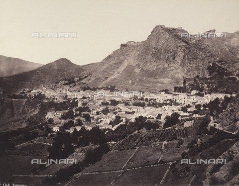 AVQ-A-004127-0016 - Panoramic view of Taormina - Data dello scatto: 1880 ca. - Archivi Alinari, Firenze