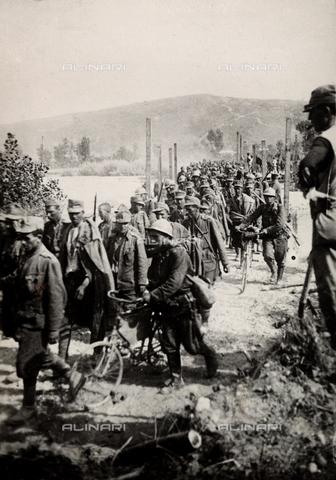 AVQ-A-004148-0072 - Massa di prigionieri fatti sul Carso - Data dello scatto: 12/08/1916 - Archivi Alinari, Firenze