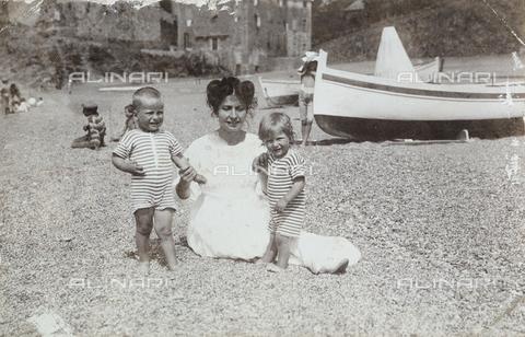 AVQ-A-004149-0006 - Madre con i propri figli al mare - Data dello scatto: 1890-1895 ca. - Archivi Alinari, Firenze
