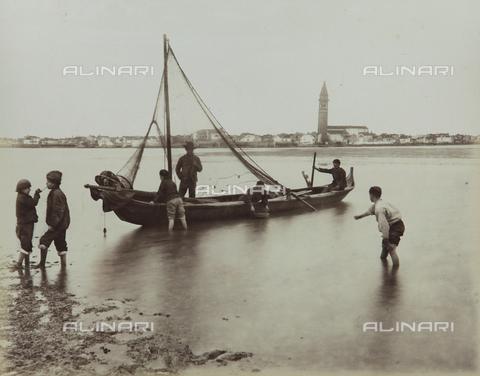 """AVQ-A-004389-0010 - """"Isole della Laguna di Venezia"""", fishermen in front of the Island of Burano, Venice - Data dello scatto: 1880-1890 - Archivi Alinari, Firenze"""