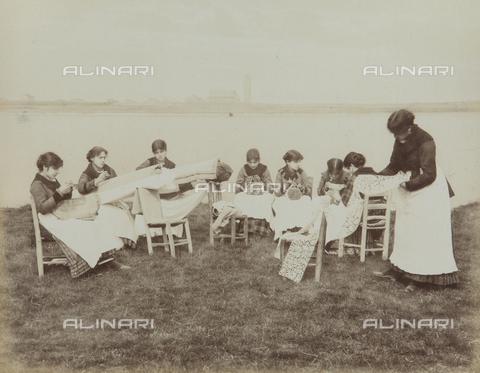 """AVQ-A-004389-0011 - """"Isole della Laguna di Venezia"""", lacemakers in Burano, Venice - Data dello scatto: 1880-1890 - Archivi Alinari, Firenze"""