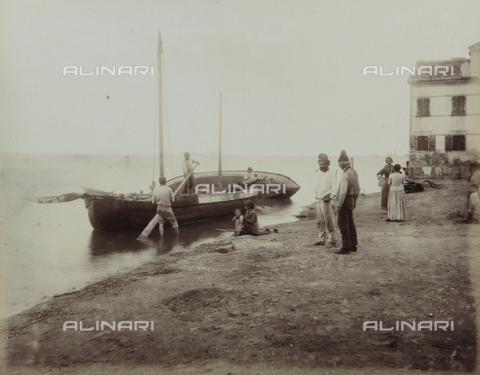 """AVQ-A-004389-0017 - """"Isole della Laguna di Venezia"""", fishermen in San Pietro in Volta, in the Island of Pellestrina, Venice - Data dello scatto: 1880-1890 - Archivi Alinari, Firenze"""