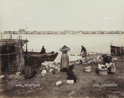 """AVQ-A-004389-0024 - """"Isole della Laguna di Venezia"""", view of Chioggia from Sottomarina, Venice - Data dello scatto: 1880-1890 - Archivi Alinari, Firenze"""