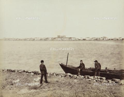 """AVQ-A-004389-0025 - """"Isole della Laguna di Venezia"""", view of Sottomarina with fishermen, Venice - Data dello scatto: 1880-1890 - Archivi Alinari, Firenze"""