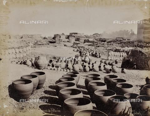 AVQ-A-004496-0050 - Fabbrica di vasi in ceramica e gargoulettes (brocche) in argilla a Qena (Kaine o Caene o Caenepolis) - Data dello scatto: 1890 ca. - Raccolte Museali Fratelli Alinari (RMFA), Firenze