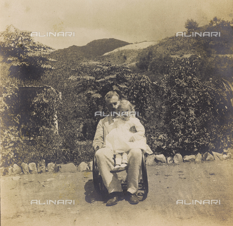 """AVQ-A-004516-0040 - Album """"Route photo of an American family from the United States (New Jersey) in Florence, 1899-1912 """": Self engineer Edward with his daughter Harriet in San Jose de Tamaulipas"""