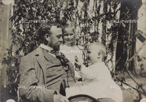 """AVQ-A-004516-0083 - Album """"Route photo of an American family from the United States (New Jersey) in Florence, 1899-1912 """": Edward Self with daughters Harriet and Rosalie"""