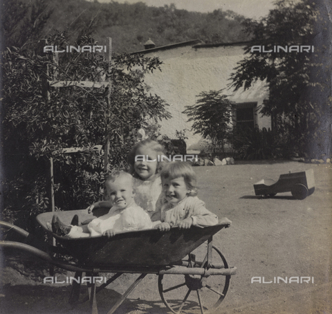 "AVQ-A-004516-0086 - Album ""Route photo of an American family from the United States (New Jersey) in Florence, 1899-1912 "": Harriet , Anita and Rosalie Self wheelbarrow carried on by the gardener in San José Manuel De Tamaulipas"
