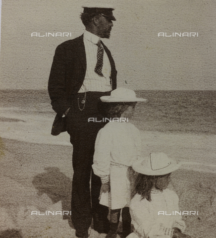 "AVQ-A-004516-0113 - Album ""Route photo of an American family from the United States (New Jersey) in Florence, 1899-1912 "": Self family on vacation in South Orange and Quogue: Edward Self with her daughters on the beach in Quogue"