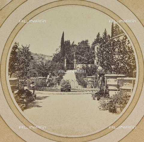 AVQ-A-004912-0016 - Fountain in the garden of Villa Vrindavana, formerly Villa Fenzi, Sant 'Andrea in Percussina, San Casciano val di Pesa - Date of photography: 1890-1900 - Fratelli Alinari Museum Collections, Florence