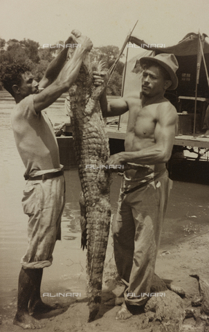 AVQ-A-004934-0034 - Album with photographs of the pisan pilot Marconcini: two fishermen with a crocodile