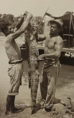 AVQ-A-004934-0034 - Album con fotografie del pilota pisano Marconcini: due pescatori con un coccodrillo