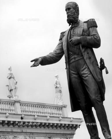 AVQ-A-004985-0005 - Monumento dell'imperatore Massimiliano d'Asburgo in Piazza Venezia a Trieste - Data dello scatto: 2000 ca. - Donazione Sterle Marino / Archivi Alinari, Firenze