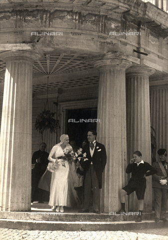 BAA-F-000038-0000 - Edda Mussolini and Galeazzo Ciano on the day of their wedding. The bride and groom, dressed respectively in a long white dress and a tailcoat, smile as the come out of the Villa Torlonia - Date of photography: 1930 - Fratelli Alinari Museum Collections-Badodi Archive, Florence