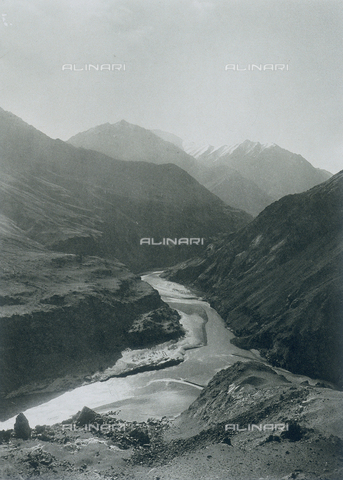 BAF-A-004889-0005 - The expedition to Karakorum and the western Himalaya's by Prince Luigi Amedeo of Savoy, Duke of Abruzzi: the confluence of the rivers Dras and Indo - Data dello scatto: 1909 - Archivi Alinari, Firenze