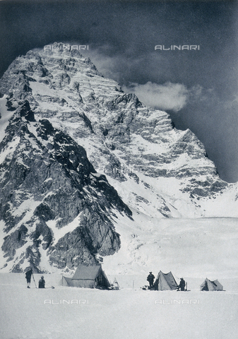 BAF-A-004889-0021 - The Karakorum and Western Himalaya expedition of Prince Luigi Amedeo of Savoy, Duke of Abruzzi: the western face of K2 from the Savoia glacier - Data dello scatto: 1909 - Archivi Alinari, Firenze