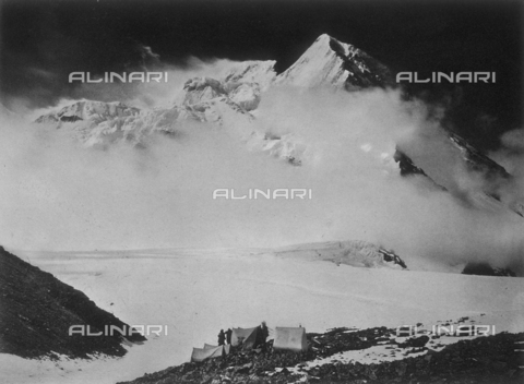 BAF-A-004889-0022 - The expedition in Karakorum and in the western Himalaya's by Prince Luigi Amedeo of Savoy, Duke of Abruzzi: camp IV at the foot of Bride Peak - Data dello scatto: 1909 - Archivi Alinari, Firenze