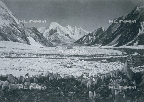 BAF-A-004889-0026 - The expedition in Karakorum and in the western Himalaya's by Prince Luigi Amedeo of Savoy of Abruzzi: Bride Peak from camp III - Data dello scatto: 1909 - Archivi Alinari, Firenze