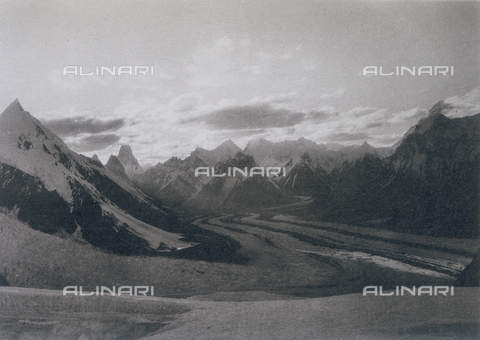 BAF-A-004889-0030 - The Karakorum and Western Himalaya expedition of Prince Luigi Amedeo of Savoy, Duke of Abruzzi: sunset on the Baltoro glacier from base camp XII - Data dello scatto: 1909 - Archivi Alinari, Firenze