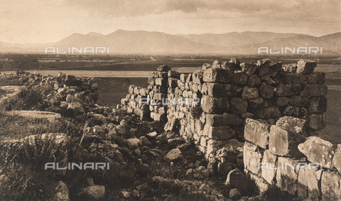"BAF-A-004894-0107 - ""En Grèce par monts et par vaux"" (""In Greece Through Mountains and Valleys""): ruins of the Cyclopean Walls of the Acropolis in Tiryns - Data dello scatto: 1903-1910 - Archivi Alinari, Firenze"