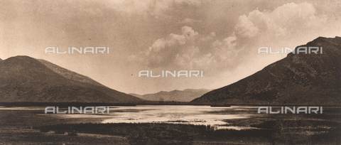 "BAF-A-004894-0133 - ""En Grèce par monts et par vaux"" (""In Greece Through Mountains and Valleys""): Lake Stymphalos - Data dello scatto: 1903-1910 - Archivi Alinari, Firenze"
