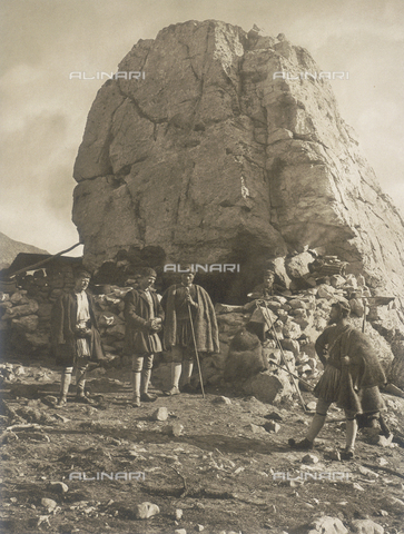 "BAF-A-004894-084A - ""En Grèce par monts et par vaux"" (""In Greece Through Mountains and Valleys""): Shepherds on Mount Parnassus - Data dello scatto: 1903-1910 - Archivi Alinari, Firenze"