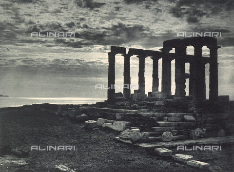 "BAF-A-004894-100A - ""En Grèce par monts et par vaux"" (""In Greece Through Mountains and Valleys""): Temple of Poseidon, Cape Sounion - Data dello scatto: 1903-1910 - Archivi Alinari, Firenze"
