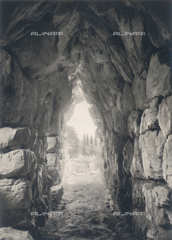 "BAF-A-004894-107A - ""En Grèce par monts et par vaux"" (""In Greece Through Mountains and Valleys""): tunnel in the walls of Tiryns - Data dello scatto: 1903-1910 - Archivi Alinari, Firenze"