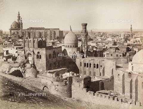 BAQ-A-001543-0121 - Veduta de Il Cairo ripresa dal Monte Vesir, e le Piramidi all'orizzonte - Data dello scatto: 1870 ca. - Raccolte Museali Fratelli Alinari (RMFA), Firenze