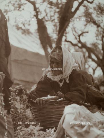 BAQ-F-001138-0000 - Portrait of an old woman in the countryside of Caserta - Data dello scatto: 1907 - 1913 - Archivi Alinari, Firenze