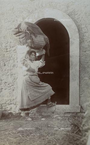 BAQ-F-001140-0000 - Woman carrying a large basket - Data dello scatto: 1907 - 1913 - Archivi Alinari, Firenze