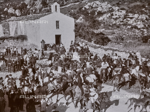 BAQ-F-001166-0000 - Cavalieri e folla all'esterno di una piccola chiesa, Sardegna - Data dello scatto: 1900-1910 - Raccolte Museali Fratelli Alinari (RMFA), Firenze