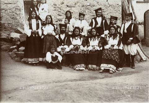 BAQ-F-001167-0000 - Ritratto di gruppo in costume tradizionale sardo - Data dello scatto: 1903 - Raccolte Museali Fratelli Alinari (RMFA), Firenze