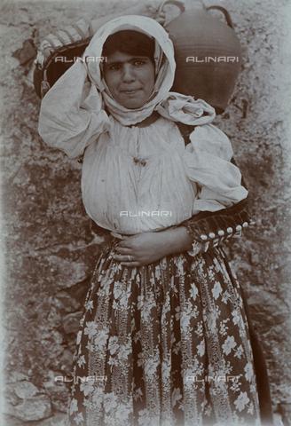 BAQ-F-001172-0000 - Ritratto di donna che porta una brocca - Data dello scatto: 1903 - Raccolte Museali Fratelli Alinari (RMFA), Firenze