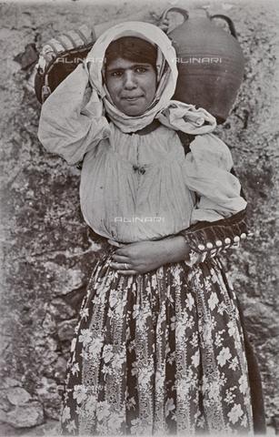 BAQ-F-001174-0000 - Ritratto femminile, Sardegna - Data dello scatto: 1900-1910 - Raccolte Museali Fratelli Alinari (RMFA), Firenze