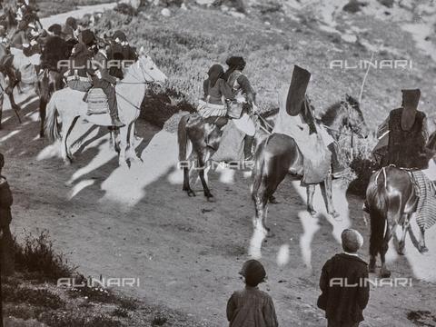 BAQ-F-001175-0000 - Cavalieri in abiti tradizionali, Sardegna - Data dello scatto: 1900-1910 - Raccolte Museali Fratelli Alinari (RMFA), Firenze