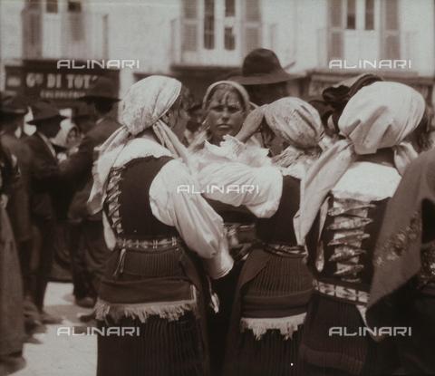 BAQ-F-001178-0000 - Gruppo di donne in costume tradizionale - Data dello scatto: 1903 - Raccolte Museali Fratelli Alinari (RMFA), Firenze