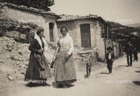 BAQ-F-001179-0000 - Due donne con i fucili da caccia - Data dello scatto: 1908 - Raccolte Museali Fratelli Alinari (RMFA), Firenze
