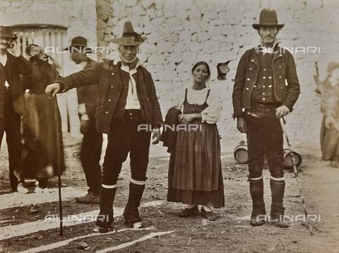 BAQ-F-001195-0000 - Costumi tradizionali, Sardegna - Data dello scatto: 1900-1910 - Raccolte Museali Fratelli Alinari (RMFA), Firenze