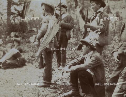 BAQ-F-001202-0000 - Cacciatori in un momento di pausa - Data dello scatto: 1903 - Raccolte Museali Fratelli Alinari (RMFA), Firenze