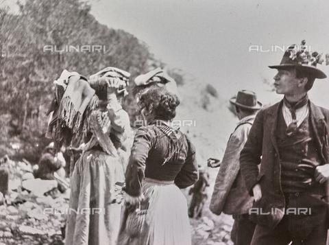 BAQ-F-001203-0000 - Persone in costume tradizionale, Sardegna - Data dello scatto: 1900-1910 - Raccolte Museali Fratelli Alinari (RMFA), Firenze