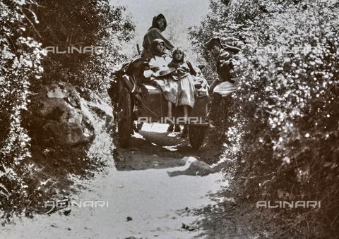 BAQ-F-001208-0000 - Contadine su un carro, Sardegna - Data dello scatto: 1900-1910 - Raccolte Museali Fratelli Alinari (RMFA), Firenze
