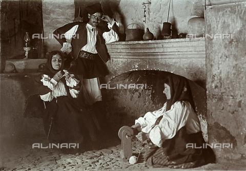 BAQ-F-001209-0000 - Contadini davanti al camino - Data dello scatto: 1903 - Raccolte Museali Fratelli Alinari (RMFA), Firenze