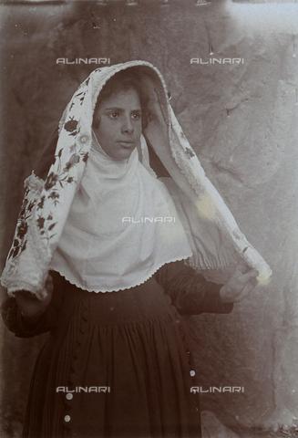 BAQ-F-001214-0000 - Ritratto di donna in costume tradizionale sardo - Data dello scatto: 1903 - Raccolte Museali Fratelli Alinari (RMFA), Firenze