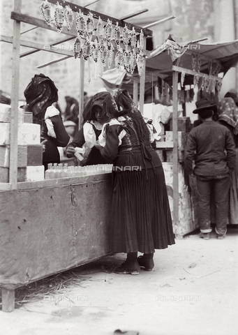 BAQ-F-001225-0000 - Donne al mercato - Data dello scatto: 1903 - Raccolte Museali Fratelli Alinari (RMFA), Firenze